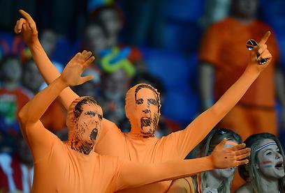 בהתחלה אוהדי נבחרת הולנד עוד שמרו על אופטימיות (צילום: AFP) (צילום: AFP)