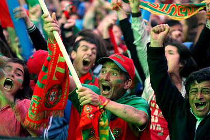 האוהדים בפורטוגל לא ידעו נפשם מרוב שמחה (צילום: EPA) (צילום: EPA)