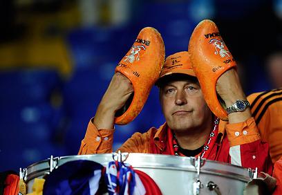 וזה מה שנותר לעשות לאוהדים ההולנדים  (צילום: AP) (צילום: AP)
