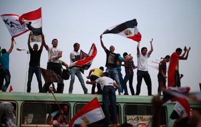 אנשי האחים המוסלמים בכיכר בקהיר (צילום: רויטרס) (צילום: רויטרס)