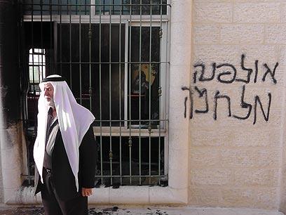 כתובות על המסגד, הבוקר בכפר ג'אבה (צילום: איאד חדד, בצלם) (צילום: איאד חדד, בצלם)