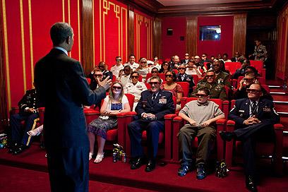 """סרט חייו. בעת הקרנת """"גברים בשחור"""" באולם הקולנוע הפרטי בבית הלבן בפני אנשי צבא וקרוביהם (צילום: Official White House Photo by Pete Souza) (צילום: Official White House Photo by Pete Souza)"""