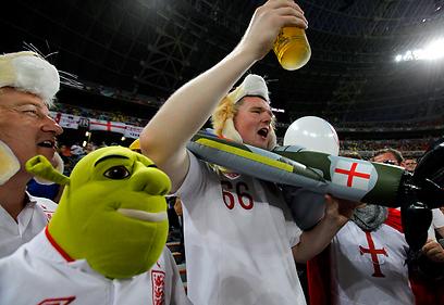 אוהדי נבחרת אנגליה נהנים מבירה וכדורגל (צילום: EPA) (צילום: EPA)