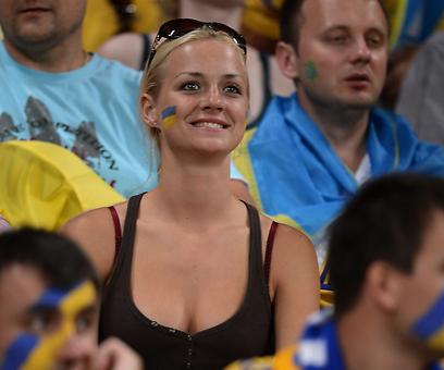 עם כל הלב. אוהדת אוקראינית בדונייצק (צילום: AFP  ) (צילום: AFP  )