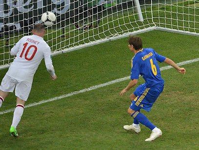 וויין רוני כובש את השער לזכות אנגליה (AFP) (AFP)