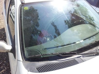 שמשת כלי הרכב הפגועה (צילום: נועם (דבול) דביר)