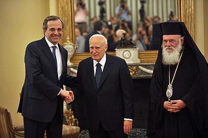 סמאראס והנשיא פפוליאס לאחר הטקס (צילום: AFP) (צילום: AFP)