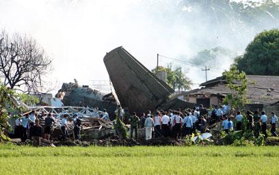 תאונה במהלך טיסת אימון שגרתית. זירת ההתרסקות בג'קרטה (צילום: EPA) (צילום: EPA)