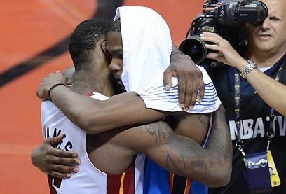 לברון ודוראנט מתחבקים בסיום. דוראנט פרץ בבכי (צילום: AFP) (צילום: AFP)