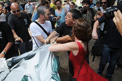 מאבק על פני הדמוקרטיה. שמוליק צ'יצ'ק ופעילים נוספים ברוטשילד  (צילום: ירון ברנר) (צילום: ירון ברנר)