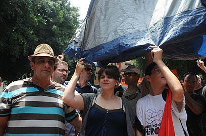 לפני המעצרים - מניפים אוהלים בשדרות רוטשילד (צילום: ירון ברנר) (צילום: ירון ברנר)