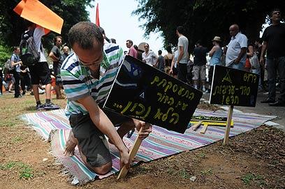 הכתובת על השלט. העירייה חסמה את המחאה (צילום: ירון ברנר)