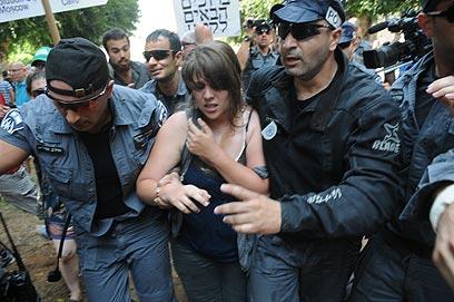 דפני ליף מובלת בידי עשרות שוטרים  (צילום: ירון ברנר)
