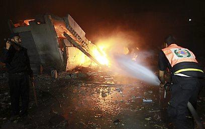 כבאי פלסטיני בפעולה הלילה (צילום: AP) (צילום: AP)