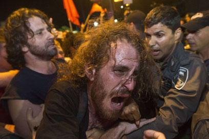 שוטרים ומפגינים הלילה בתל-אביב (צילום: AFP) (צילום: AFP)