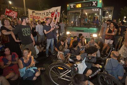 חוסמים רחוב בתל-אביב (צילום: AFP) (צילום: AFP)