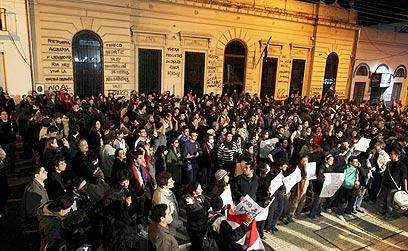 מפגינים באסונסיון נגד הדחת הנשיא לוגו (צילום: רויטרס) (צילום: רויטרס)