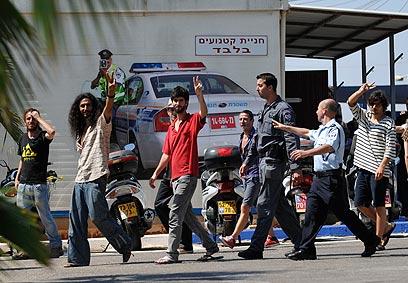 חלק מהעצורים, בדרך להארכת מעצר (צילום: בני דויטש) (צילום: בני דויטש)