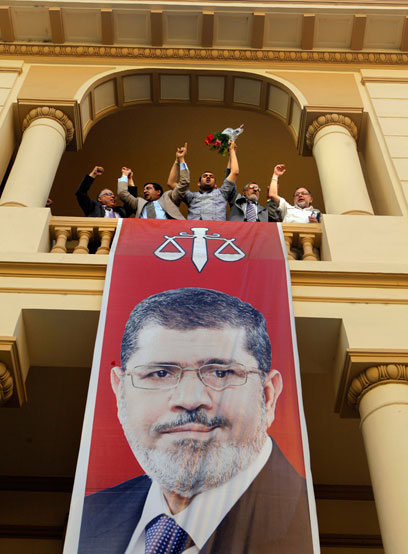 עושים כבוד לנשיא החדש של מצרים (צילום: AP) (צילום: AP)