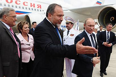 """פוטין וליברמן לאחר הנחיתה בנתב""""ג (צילום: קובי גדעון, לע""""מ)"""