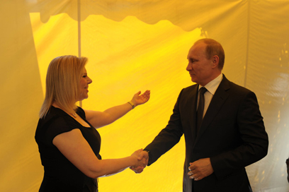 Putin greeted by PM's wife (Photo: Amos Ben Gershom, GPO)