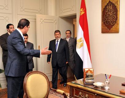 מורסי נכנס ללשכת הנשיאות של מובארק. שלטון הנשיא מוגבל לשתי כהונות בנות ארבע שנים (צילום: AFP, EGYPTIAN PRESIDENCY ) (צילום: AFP, EGYPTIAN PRESIDENCY )