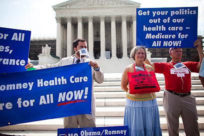 תומכי רפורמת הבריאות בהפגנה מול בית המשפט (צילום: EPA) (צילום: EPA)