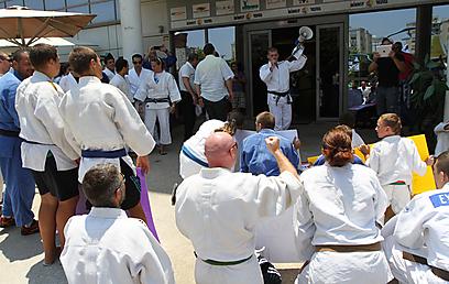מפגינים בכניסה לוועד האולימפי (צילום: אורן אהורני) (צילום: אורן אהורני)