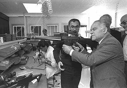 """בוחן כלי נשק במפעל ברחובות, 1985 (צילום: סער יעקב, לע""""מ) (צילום: סער יעקב, לע"""