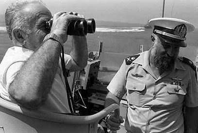 """שמיר ומפקד חיל הים, האלוף אברהם בן שושן, 1986 (צילום: הרניק נתי, לע""""מ) (צילום: הרניק נתי, לע"""