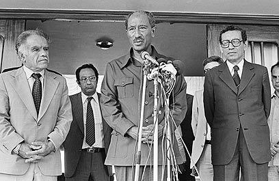 שמיר ואנואר סאדאת באלכסנדריה, 1980 (צילום: AP) (צילום: AP)