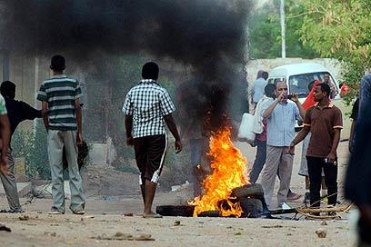 מפגינים הבעירו צמיגים בחרטום (צילום: AP) (צילום: AP)