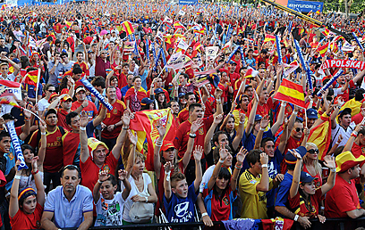 אוהדים ספרדים בפאן זון (צילום: AFP) (צילום: AFP)