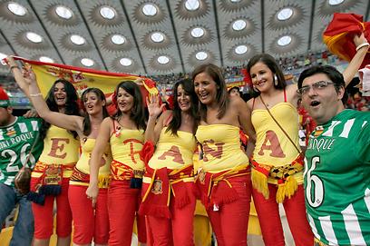 אוהדות ספרד נהנות מהתצוגה של השחקנים (צילום: EPA) (צילום: EPA)