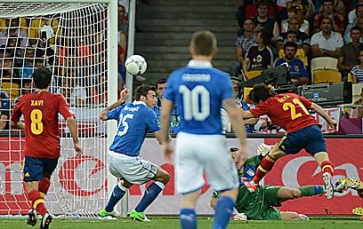דויד סילבה נוגח וכובש לזכות ספרד (צילום: AFP) (צילום: AFP)
