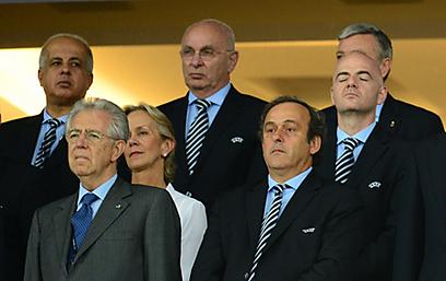 """נשיא אופ""""א, מישל פלאטיני. שימו לב מי עוד נמצא שם (צילום: AFP) (צילום: AFP)"""