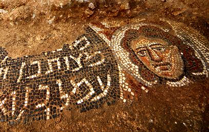 Женское лицо на мозаике. Фото Джим Ховерман