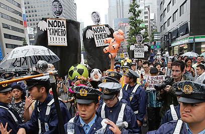 העלאת המסים נועדה לצמצם את הגירעון. הפגנה בטוקיו נגד ממשלת נודה (צילום: AP) (צילום: AP)