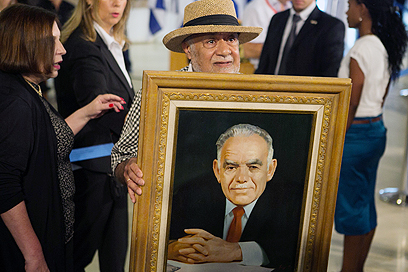 אזרחים ברחבת הכנסת (צילום: אוהד צויגנברג) (צילום: אוהד צויגנברג)