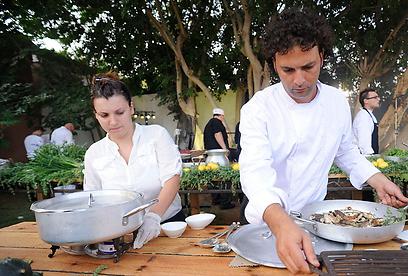 מכינים את האוכל. חנן עזרן (וברקע: קומרובסקי) (צילום: דודו אזולאי) (צילום: דודו אזולאי)