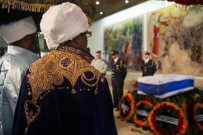 קייסים אתיופים בפני ארונו של שמיר בכנסת (צילום: אוהד צויגנברג) (צילום: אוהד צויגנברג)