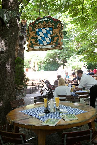 הפשטות שהפכה לגאווה. שולחן קבועים בווארי בגן הבירה הממשלתי (צילום: תום להט) (צילום: תום להט)