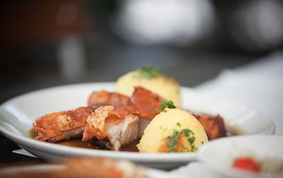 מככבים בתפריטים. קנודל תפוחי אדמה (וחזה חזיר בזיגוג חמאה) (צילום: תום להט) (צילום: תום להט)