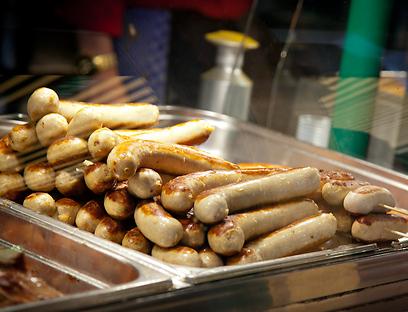 הוגשו גם בתל אביב. נקניקיות בראטוורסט (צילום: תום להט) (צילום: תום להט)