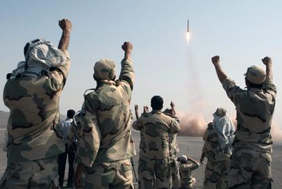"""ניסוי צבאי איראני. """"אז הוא יירה עשר, או מאה, או אלף"""" (צילום: AP)"""