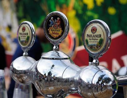 המקומיים אוהבים לאגר, התיירים - פאולנר סלבטור וחיטה. בירות בביר גארדן (צילום: אמיר יעקובי) (צילום: אמיר יעקובי)