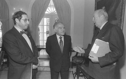 """ג'ורג' שולץ דיבר בהוקרה. נובמבר 1987 (צילום: נתי הרניק, לע""""מ ) (צילום: נתי הרניק, לע"""