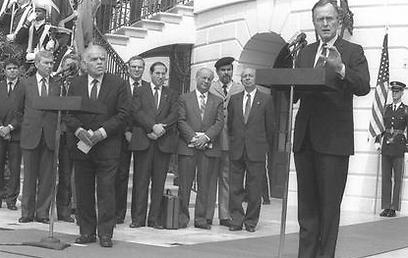"""עם הנשיא ג'ורג' בוש האב, אפריל 1989  (צילום: יעקב סער, לע""""מ) (צילום: יעקב סער, לע"""
