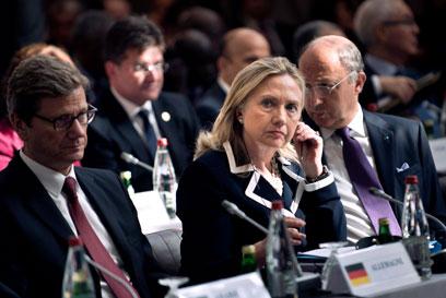 """מזכירת המדינה האמריקנית קלינטון. """"זו המורשת שלכם?"""" (צילום: AP) (צילום: AP)"""
