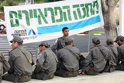 """שוטרי מג""""ב מחכים להפגנה (צילום: מוטי קמחי) (צילום: מוטי קמחי)"""